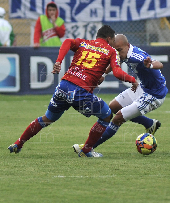 PASTO- COLOMBIA -24-03-2013: Anthony Tapia (Izq.) del Deportivo Pasto disputa el balón con Juan Ortiz (Der.) de Millonarios durante  partido por la Liga de Postobon I en el estadio La Libertad en la ciudad de Pasto, marzo 24 de 2013. (Foto: VizzorImage / Luis Ramírez / Staff). Anthony Tapia (L) of Deportivo Pasto figths the ball with Juan Ortiz (R) of Millonarios during a match for the Postobon I League at La Libertad stadium in Pasto city, on March 24, 2013, (Photo: VizzorImage / Luis Ramirez / Staff.)