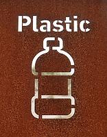 Nederland -  Velsen - 2019. Gescheiden afval. Plastic en rest afval. Bord bij een strandtent.  Foto Berlinda van Dam / Hollandse Hoogte