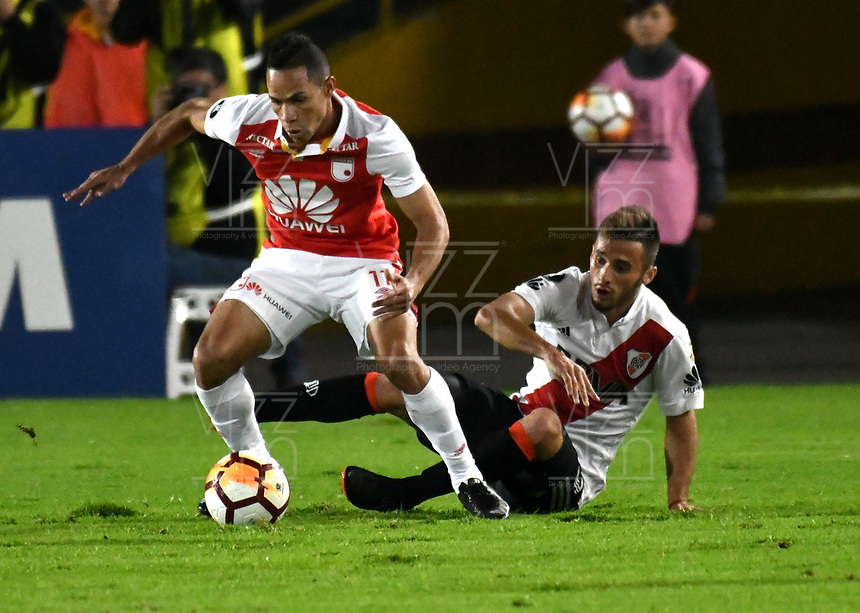 BOGOTÁ - COLOMBIA, 03-05-2018: Anderson Plata (Izq.) jugador de Independiente Santa Fe disputa el balón con Marcelo Saracchi (Der.) jugador de River Plate, durante partido entre Independiente Santa Fe (COL) y River Plate (ARG), de la fase de grupos, grupo D, fecha 5 de la Copa Conmebol Libertadores 2018, jugado en el estadio Nemesio Camacho El Campin de la ciudad de Bogota. / Anderson Plata (L) player of Independiente Santa Fe vies for the ball with Marcelo Saracchi (R) player of River Plate, during a match between Independiente Santa Fe (COL) and River Plate (ARG), of the group stage, group D, 5th date for the Conmebol Copa Libertadores 2018 at the Nemesio Camacho El Campin Stadium in Bogota city. Photo: VizzorImage  / Luis Ramírez / Staff.
