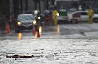 SAO PAULO, 08 DE MARCO DE 2013 - ALAGAMENTO POMPEIA SP - Chuva causa alagamento intransitavel no cruzamento entre as Avenidas Pompeia e Francisco Matarazzo, regiao oeste da capital, na tarde desta sexta feira, 08. (FOTO: ALEXANDRE MOREIRA / BRAZIL PHOTO PRESS)