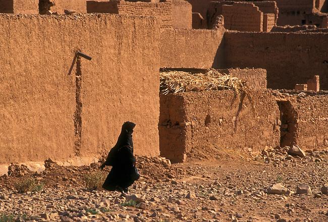 Berber woman at ksar between Agdz and Zagora, Draa River Valley, Morocco, Africa