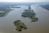 Schweinesand: EUROPA, DEUTSCHLAND, HAMBURG, NIEDERSACHSEN, SCHLESWIG- HOLSTEIN (EUROPE, GERMANY), 31.08.2016:  Auf Höhe Blankenese befindet sich die Elbinsel Schweinesand, Nesssand, Hanskalbsand in Fluss. Der Strom hat hier eine Breite von bis zu 2,5 Kilometern und ist den Gezeiten unterworfen, so dass er flach und von zahlreichen Untiefen, Wattflächen und Inseln durchsetzt ist.