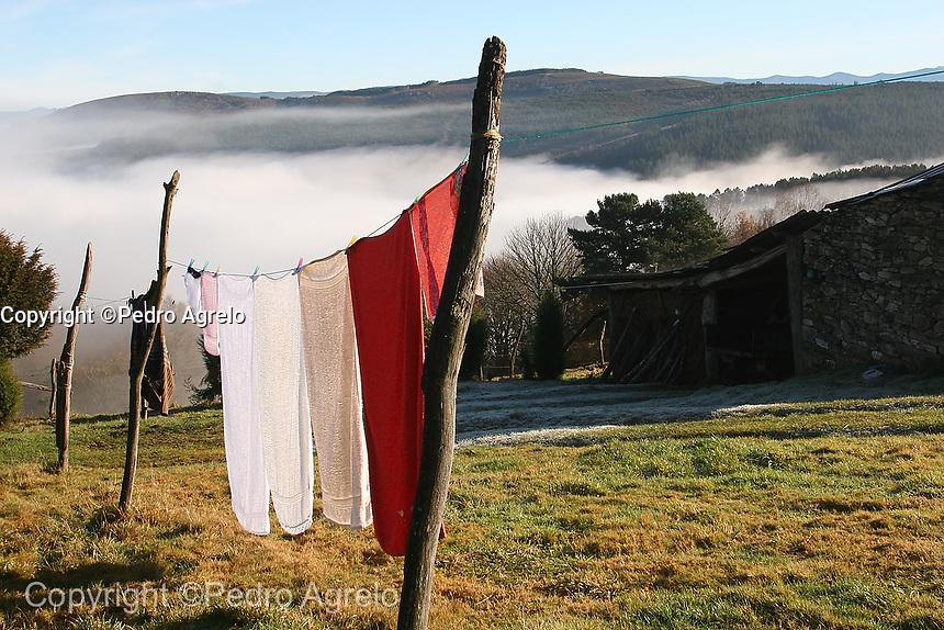 Paisaje con niebla y ropa tendida en la montaña de Lugo