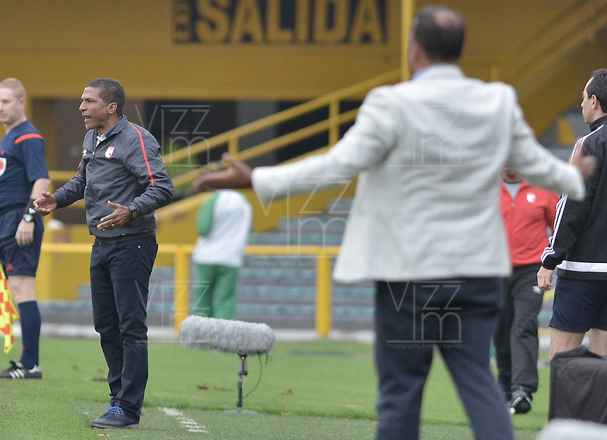 BOGOTÁ -COLOMBIA, 02-04-2016. Alexis Garcia técnico de Santa Fe gesticula durante partido entre Independiente Santa Fe y Patriotas FC por la fecha 11 de la Liga Aguila I 2016 jugado en el estadio Nemesio Camacho El Campin de la ciudad de Bogota.  / Alexis Garcia coach of Santa Fe gestures during match between Independiente Santa Fe and Patriotas FC for date 11 of the Liga Aguila I 2016 played at the Nemesio Camacho El Campin Stadium in Bogota city. Photo: VizzorImage/ Gabriel Aponte / Staff