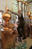 Europe/Autriche/Tyrol/Fritzens: Gunter Rochelt dans sa distillerie de schnaps<br /> PHOTO D'ARCHIVES // ARCHIVAL IMAGES<br /> FRANCE 1990