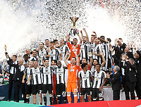 Calcio, Serie A: Juventus vs Sampdoria. Torino, Juventus Stadium, 14 maggio 2016. <br /> Juventus&rsquo; goalkeeper Gianluigi Buffon holds up the &quot;Scudetto&quot; trophy for the win of the Italian Serie A title at the end of the football match between Juventus and Sampdoria at Turin's Juventus Stadium, 14 May 2016.<br /> UPDATE IMAGES PRESS/Isabella Bonotto