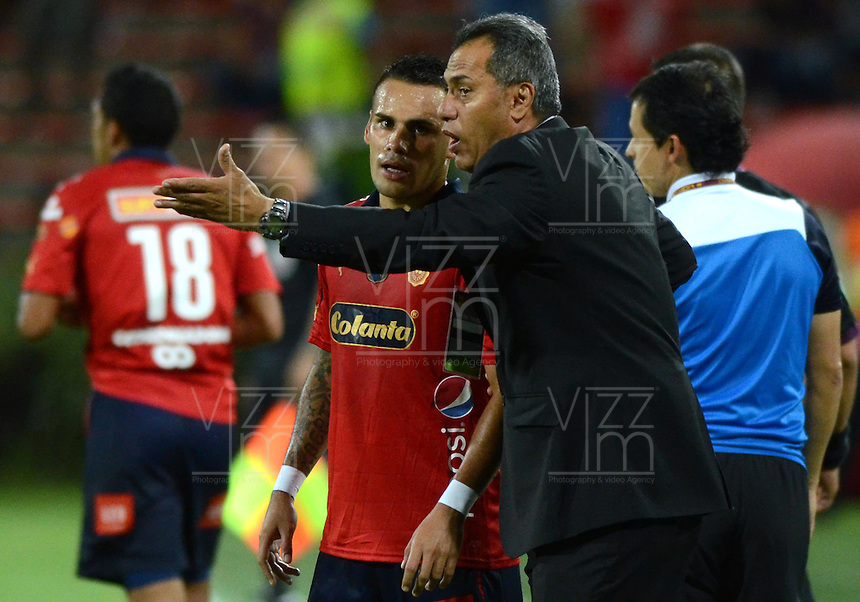 MEDELLIN -COLOMBIA-1-NOVIEMBRE-2014. Hernan Torres  director tecnico del Medellin da instrucciones a un jugador durante el encuentro contra Equidad partido de la fecha 17 de La Liga Postobon   realizado en el estadio Atanasio Girardot de Medell'n./ Hernan Torres coach of  Medellin instructs a player during the match against Equidad Party dated 17 La Liga Postobon made ??at Atanasio Girardot stadium in Medellin..Photo: VizzorImage / Luis R'os / STR