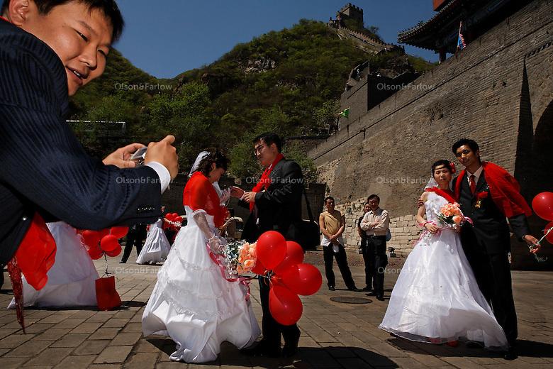 Mass wedding at Great Wall.