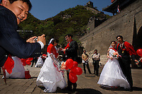 Mass wedding at Great Wall.