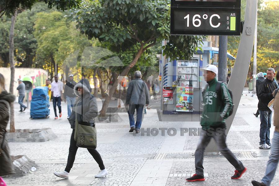 SAO PAULO, SP, 1205/2014, FRIO. Segunda-feira (12) gelada em Sao Paulo, na foto pedestres na Praca da Se regiao central da capital. LUIZ GUARNIERI/BRAZIL PHOTO PRESS.