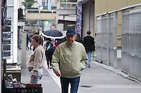 SÃO PAULO, SP, 11.05.04.2015 - CLIMA-SP - Vista da Avenida Paulista sob garoa fina próximo ao MASP, nesta segunda-feira, 11. Dados das estações meteorológicas automáticas do CGE aferem a média de 19°C. A máxima prevista para hoje é de 22°C. Durante o dia os percentuais de umidade relativa do ar devem variar entre 50% e 95%. (Foto: Kevin David/Brazil Photo Press/)
