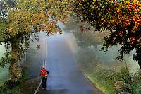 fecha:05-11-2010 Una peregrina despues de pasar Ligonde, antes de Palas de Rei, Lugo. Foto:Pedro Agrelo