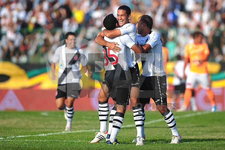 RIO DE JANEIRO, RJ, 15 DE ABRIL 2012 - CAMPEONATO CARIOCA - TACA RIO - 8a RODADA - VASCO X NOVA IGUACU - Jogadores do Vasco comemoram o gol de Romulo, durante partida contra o Nova Iguacu, pelo Campeonato Carioca, 8a rodada da Taca Rio, no Estadio Proletario, (Moca Bonita), na cidade do Rio de Janeiro, neste domingo, 15. FOTO BRUNO TURANO - BRAZIL PHOTO PRESS