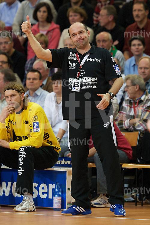 Trainer Peter Davod (TVG) zeigt mit dem Daumen nach oben