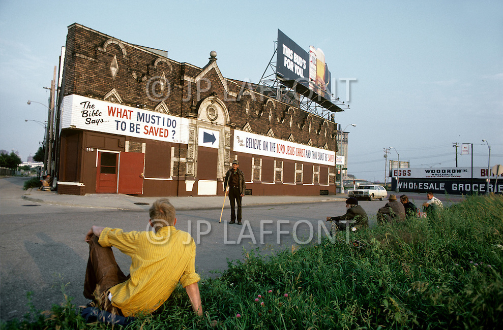 Detroit. U.S.A, September, 1980. America severely marked by the recession. The first to be affected are workers on the bread line and elderly people without means. Asylums, poorhouses and christian communities try to help the suffering population.
