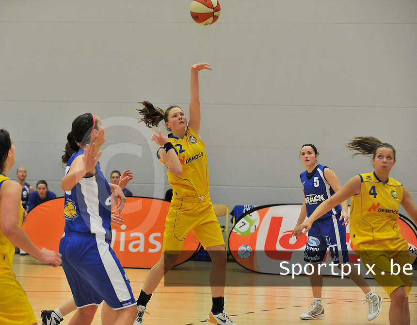 Beker Van Vlaanderen Seniores Dames ; Crack Blue Cats Ieper B - Basket Lummen A : Karen Moons met het schot naar doel.foto VDB  / Bart Vandenbroucke