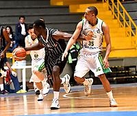 BOGOTA – COLOMBIA - 21 – 05 - 2017: Jairo Mendoza (Izq.) jugador de Piratas de Bogota, disputa el balón con Larry Cardona (Der.) jugador de Cimarrones de Choco, durante partido entre Piratas de Bogota y Cimarrones de Choco por la fecha 2 de Liga  Profesional de Baloncesto Colombiano 2017 en partido jugado en el Coliseo El Salitre de la ciudad de Bogota. / Jairo Mendoza (L) player of Piratas of Bogota, fights for the ball with Amir Carraway (R) player of Cimarrones of Choco, during a match between Piratas of Bogota and Cimarrones of Choco, of the  date 2 for La Liga  Profesional de Baloncesto Colombiano 2017, game at the El Salitre Coliseum in Bogota City. Photo: VizzorImage / Luis Ramirez / Staff.