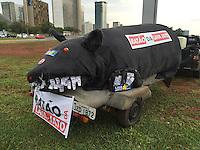 BRASILIA, DF, 15.11.2015 - PROTESTO-DF - Rato gigante que foi impedido de passar pela PM, durante manifestação de grupos favoráveis ao impeachment da presidente Dilma Rousseff, durante ato em frente ao Congresso Nacional, neste domingo, 15.(Foto:Ed Ferreira / Brazil Photo Press)