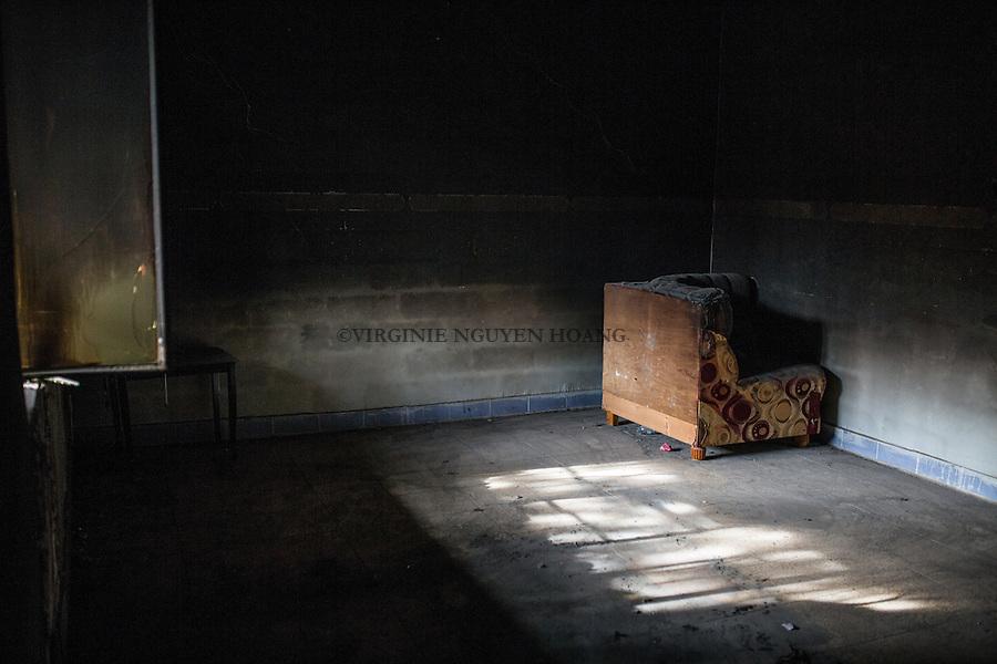 IRAK, Hammam-al Ali: Room where men were detained of what used to be a prison of Daesh in a town situated around 30 km south of Mosul. Before being liberated from Daesh a month ago, inhabitants, mainly police members and official were emprisonned and tortured for days in different rooms of this house transformed to a prison, men as women, 13 December 2016. <br /> <br /> IRAK, Hammam-al Ali: Salle o&ugrave; des hommes ont &eacute;t&eacute; d&eacute;tenues dans ce qui &eacute;tait autrefois une prison de Daesh dans une ville situ&eacute;e &agrave; environ 30 km au sud de Mossoul. Avant d'&ecirc;tre lib&eacute;r&eacute; de Daesh il y a un mois, des habitants, principalement des policiers et des officiels ont &eacute;t&eacute; emprisonn&eacute;s et tortur&eacute;s pendant des jours dans diff&eacute;rentes pi&egrave;ces de cette maison transform&eacute;e en prison, hommes comme femmes, le 13 d&eacute;cembre 2016.