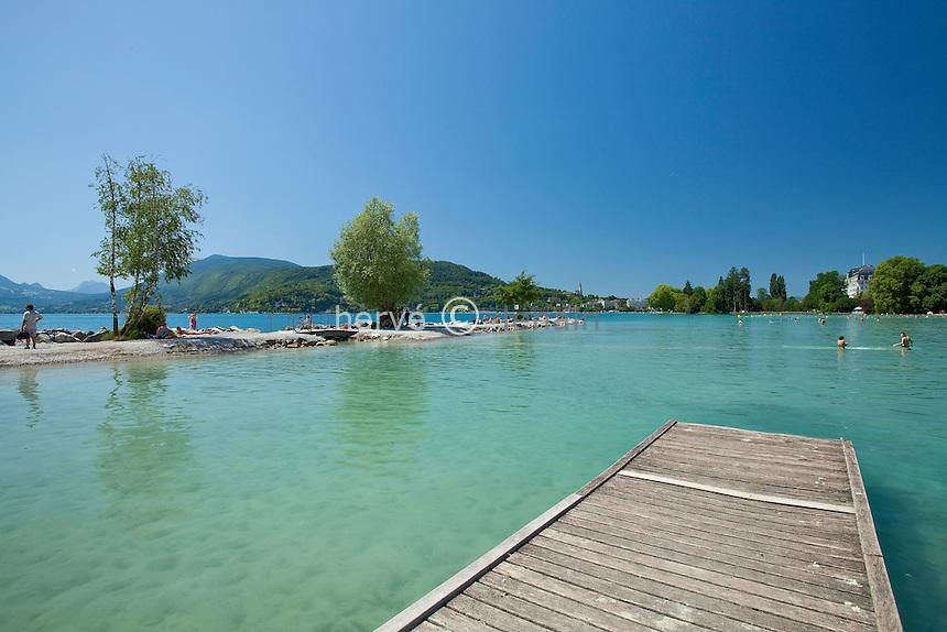 France, Haute-Savoie (74), Anneçy-le-Vieux, plage d'Albigny et ponton // France, Haute-Savoie, Anneçy-le-Vieux, beach of Albigny and pontoon