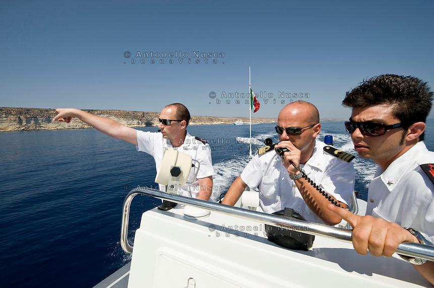Lampedusa,2011. Uomini della Capitaneria di Porto impegnati nelle operazioni di ricerca e salvataggio di immigrati.