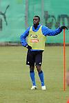 Hoffenheim 24.02.2009, 1.Fu&szlig;ball Bundesliga Training TSG 1899 Hoffenheim, Hoffenheims Boubacar Sanogo h&auml;lt sich an der Stange fest<br /> <br /> Foto &copy; Rhein-Neckar-Picture *** Foto ist honorarpflichtig! *** Auf Anfrage in h&ouml;herer Qualit&auml;t/Aufl&ouml;sung. Belegexemplar erbeten.