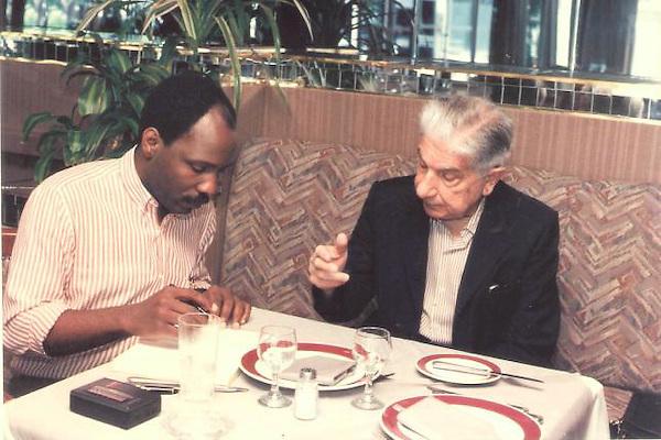 El dominicano Carlos Francisco Elías con el escritor paraguayo Augusto Roa Bastos, en Asunción, Paraguay.