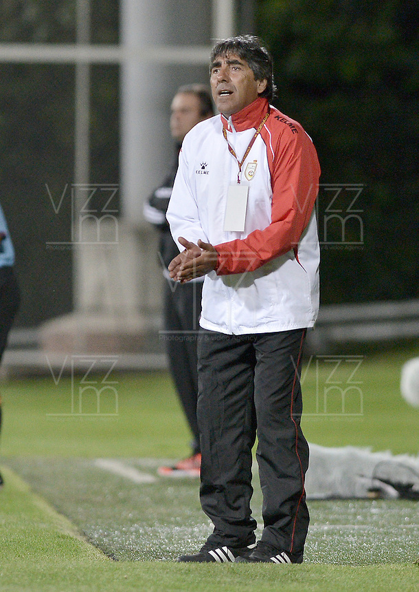 BOGOTA -COLOMBIA-01-06-2015. John Jairo Lopez técnico de Real Cartagena gesticula durante encuentro con América de Cali por la fecha 16 del Torneo Aguila 2015 jugado en el Metropolitano de Techo de la ciudad de Bogotá./ John Jairo Lopez coach of Real Cartagena gestures during match against America de Cali for the 16th date of Aguila Tournament 2015 played at Metropolitano de Techo stadium in Bogota city. Photo: VizzorImage / Gabriel Aponte / Staff