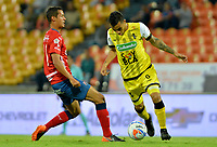 MEDELLÍN - COLOMBIA, 17-10-2018: Andres Ricaute (Izq) jugador del Medellín disputa el balón con Juan David Rios (Der) de Alianza Petrolera durante el partido entre Deportivo Independiente Medellín y Alianza Petrolera por la fecha 15 de la Liga Águila II 2018 jugado en el estadio Atanasio Girardot de la ciudad de Medellín. / Andres Ricaute (L) player of Medellin vies for the ball with Juan David Rios (R) player of Alianza Petrolera during match between Deportivo Independiente Medellin and Alianza Petrolera for the date 15 of the Aguila League II 2018 played at Atanasio Girardot stadium in Medellin city. Photo: VizzorImage/ León Monsalve / Cont
