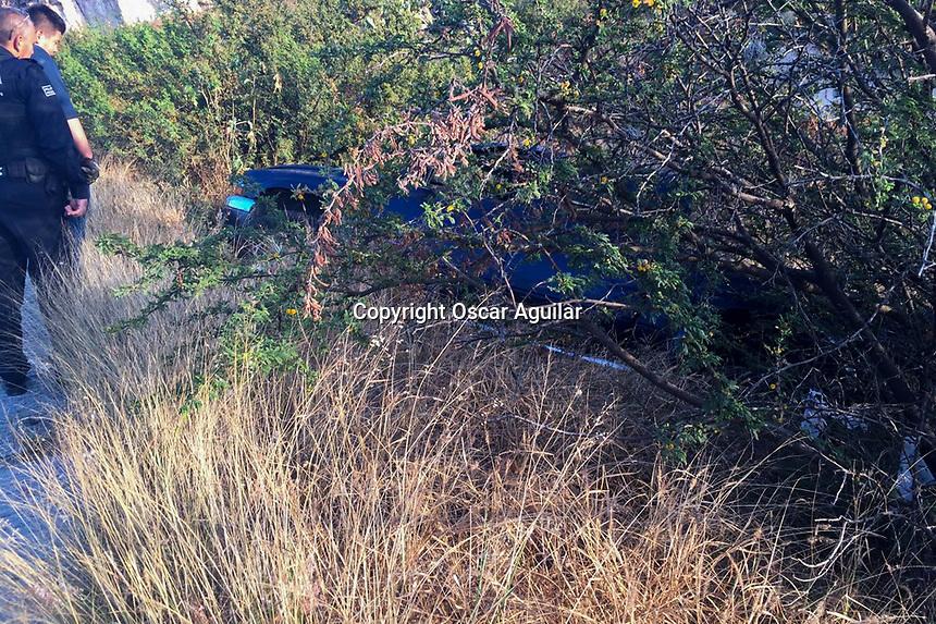 Querétaro, Qro. 26 de diciembre de 2017.- El conductor de una camioneta tipo pick up perdió el control de su unidad en una curva y sale del camino en la subida al fraccionamiento El Campanario, no se reportaron lesionados.<br /> <br /> Foto: Oscar Aguilar.