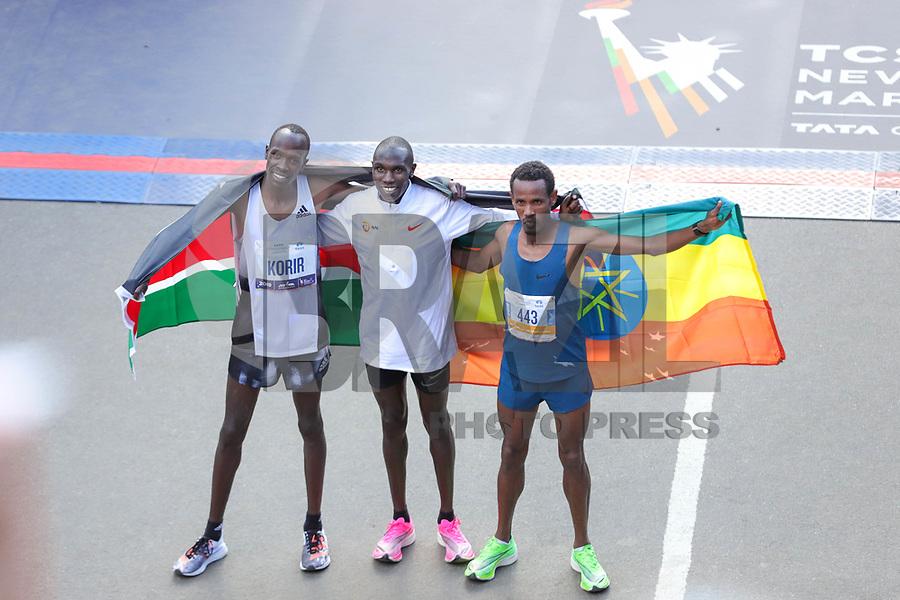 Nova York (EUA), 03/11/2019 - Maratona de Nova York -  O segundo colocado Albert Korir, do Quênia, o primeiro colocado Geoffrey Kamworor, do Quênia, e o terceiro colocado Girma Bekele Gebre, da Etiópia, posam com bandeiras do país depois de ocuparem os três primeiros lugares na Divisão Masculina da Maratona da Cidade de Nova York de 2019 em 03 de novembro de 2019 na cidade de Nova York. (Foto: William Volcov/Brazil Photo Press)