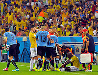 RIO DE JANEIRO - BRASIL -28-06-2014. Pablo Armero (#7) jugador de Colombia (COL) es atendido por el cuerpo médico durante partido de los octavos de final con Uruguay (URU) por la Copa Mundial de la FIFA Brasil 2014 jugado en el estadio Maracaná de Río de Janeiro./ Pablo Armero (#7) player of Colombia (COL) is attended by the medics during the match of the Round of 16 against Uruguay (URU) for the 2014 FIFA World Cup Brazil played at Maracana stadium in Rio do Janeiro. Photo: VizzorImage / Alfredo Gutiérrez / Contribuidor