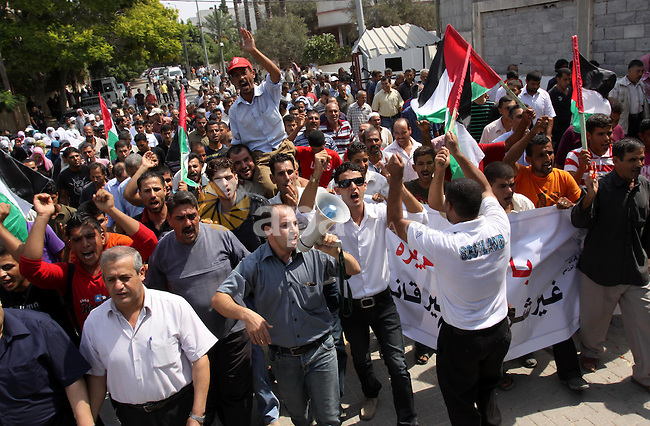 Palestinians of the Union of Agricultural Work Committees take part in a protest in front of UNRWA headquarters, to object about the Palmer report in Gaza city on Sep. 6, 2011 . Photo by Mohammed Asad