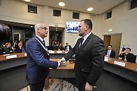 ALGEMEEN: JOURE: 01-12-2015, Wethouder Durk Durkz overhandigde de ambsketen aan de nieuwe burgemeester van de Fryske Marren Fred Veenstra, ©foto Martin de Jong