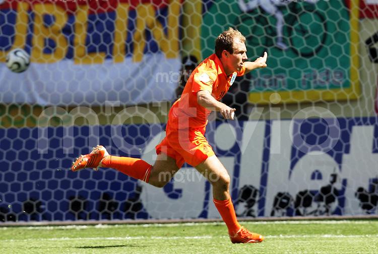 Fussball WM 2006  Gruppenspiel  Vorrunde Gruppe C  Serbien Montenegro - Holland  Arjen ROBBEN (NED) jubelt ueber das 1:0