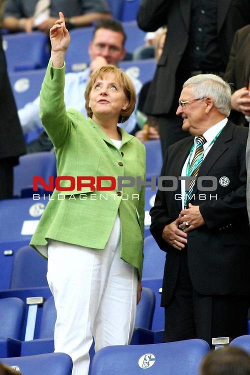 EM 2008 Testspiel Deutschland gegen Serbien am 31.05.2008 in Gelsenkirchen<br /> <br /> Bundeskanzlerin Angela Merkel und DfB Pr&auml;sident Dr. Theo Zwanziger im Gespr&auml;ch.<br /> <br /> Foto &copy; nph (  nordphoto  ) *** Local Caption ***