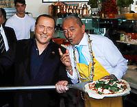 Silvio Berlusconi a Napoli per sostenere ila campagma elettorale di Gianni Lettieri , candidato a Sindaco per il Centrodestra <br /> nella foto Silvio Berlusconi alle prese con una pizza insieme ad Alfredo Forgione