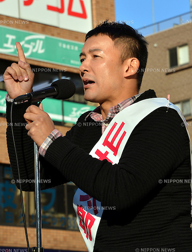 December 8, 2012, Tokyo, Japan - Taro Yamamoto delivers a speech before a huge crowd as he makes a canvass for votes at Tokyo's Koenji district on Saturday, December 8, 2012, in his campaign for the December 16 lower house election. A layman he is in national politics, the actor-turned-anti-nuclear activist runs against veteran Nobuteru Ishihara, a  former secretary-general of the main opposition Liberal Democratic Party, in the same constituency. (Photo by Natsuki Sakai/AFLO)