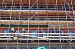 In Ypenburg werken na de dagelijkse werkdag om half vijf een ploeg van acht Poolse bouwvakkers aan het voegen van metselwerk van een nieuwbouwproject. Buitenlandse Poolse arbeiders zijn goedkoop omdat werkgevers hen als kleine zelfstandigen, zgn ZZP'rs kan inhuren voor weinig geld, waarna ze verder zelf verantwoordelijk zijn voor het betalen van de sociale lasten, verzekeringen en belastingen. Volgens de Kamer van Koophandel is het aantal ingeschreven buitenlandse ZZP'rs de afgelopen jaren verdubbeld.COPYRIGHT TON BORSBOOM
