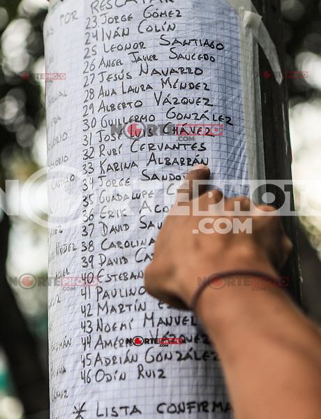 La mano de un hombre señala el nombre de su hija Karina Albarrán dentro un listado de posibles sobrevivientes a rescatar de entre los escombros del edificio de la colonia Álvaro Obregón #286, se espera noticas del rescate durante esta mañana 22 sep 2017 en #CiudadDeMexico #terremoto Foto: Luis Gutierrez/NortePhoto.com. •••• #sismo #terremoto #terremotoMexico #mexico #nortephoto #photojurnalism