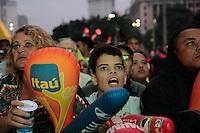 SÃO PAULO, SP - 15.06.2013: ANHANGABAÚ COPA DAS CONFEDERAÇÕES -  Torcedores no Vale do Anhangabaú em São Paulo durante o primeiro tempo do jogo do Brazil contra o Japão pela Copa das Confederações. (Foto: Marcelo Brammer/Brazil Photo Press)