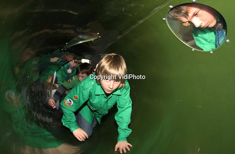 Foto: VidiPhoto..ARNHEM - De overdekte speeltuin van Burgers' Zoo in Arnhem heeft een belangrijke test doorstaan. Zo'n 100 scouts uit heel Gelderland 'overleefden' woensdag Kids Jungle, het gloednieuwe paradepaardje van de Arnhemse dierentuin. De scouts hadden Burgers Zoo' uitgedaagd om het jungledorp een 'groene invasie' te laten ondergaan. De slotconclusie was dat de overdekte speelgelegenheid inderdaad jungle- en scoutingproof is..