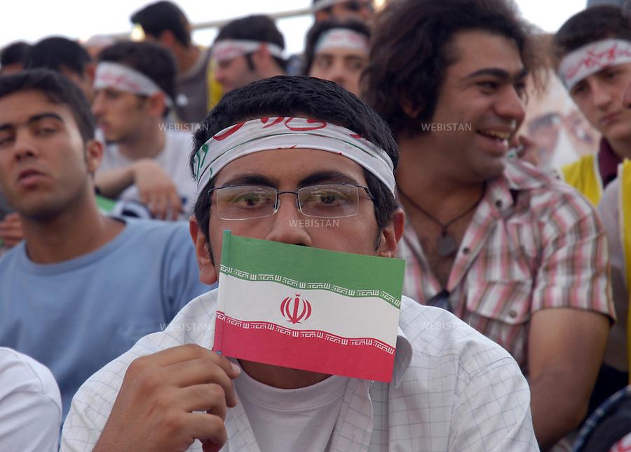 2005..Young man in the middle of a group at an electoral meeting for the 2005 presidential campaign...Jeune homme au milieu d'un groupe lors d'un meeting électoral pandant la campagne pour l'élection présidentielle de 2005.