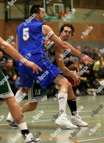 2009-01-17 / Basketbal / Gembo - Brussels / Doyen wordt vast gezet door Eric Struelens (ex. Real Madrid)..Foto: Maarten Straetemans (SMB)