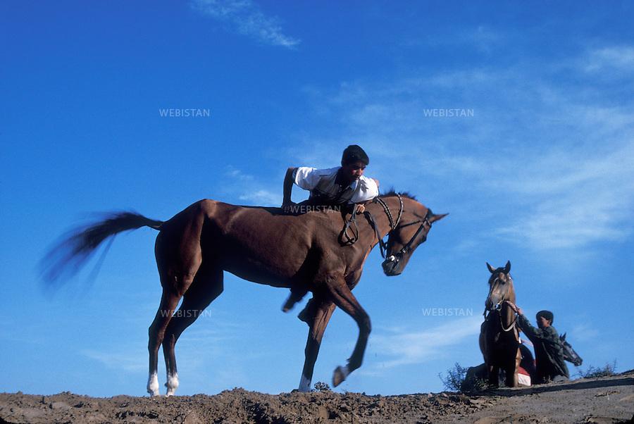 1997. A Turkmen rides an Akhal-Teke horse. Un Turkmène monte un cheval Akhal-Teke.