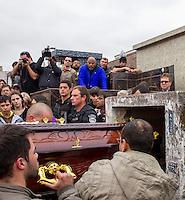 CURITBA, PR, 06.09.2013 – SEPULTAMENTO DO POLICIAL CIVIL/ Foi realizado na manhã desta sexta-feira (6), no cemitério Municipal do Água Verde, em Curitiba, o sepultamento do superintendente da policial civil,  Marco Antônio Gogola, assassinado em confronto com bandidos na tentativa de resgate de preso na última quinta-feira (05), quando levava a um consultório médico. (Foto: Paulo Lisboa / Brazil Photo Press).
