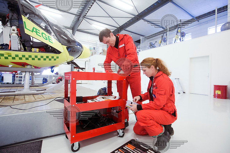 Lars og Rikke sjekker at utstyret er i orden.<br />