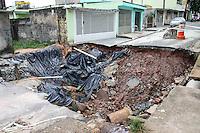 SÃO PAULO, SP, 24.03.2016 –ROMPIMENTO-ADUTORA - Uma adutora rompeu após o grande volume de água causado pela chuva do dia 24 de fevereiro, até o momento não teve nenhum procedimento para arrumar a adutora e o asfalto da via, no bairro de Vila Cardoso região leste de São Paulo, nesta quinta-feira, 24.(Foto: Marcos Moraes/Brazil Photo Press)