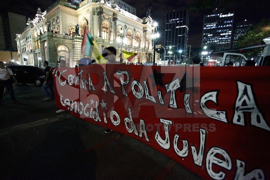 SAO PAULO , 22 DE AGOSTO DE 2013 - MARCHA NACIONAL CONTRA O GENOCIDIO NEGRO EM SP - Manifestantes fizeram uma marcha contra o genocidio negro em SP ,se reuniram frente a teatro Municipal de SP e seguiram frente a Camara dos Vereadores ,nao houve confronto com a policia ,FOTO: WARLEY LEITE /BRAZIL PHOTO PRESS