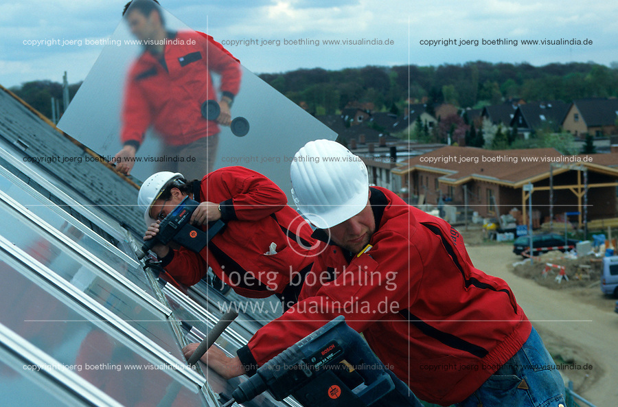 Deutschland, Montage von Sonnenkollektoren der Firma Wagner Solartechnik GMbH auf Reihenhaus in Solarssiedlung in Hamburg Bramfeld Karlshoehe zur solarunterstuetzten Waermeversorgung | GERMANY Hamburg, installation of solar collector for heating and warm water by Wagner Solar on roof of house